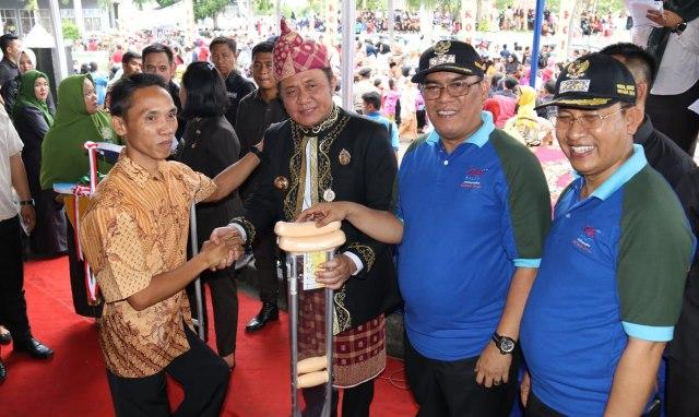Gubernur Sumsel H Herman Deru didampingi Bupati Muara Enim Ir H Ahmad Yani MM dan H Juarsah SH saat menyerahkan bantuan kepada penyandang disabilitas