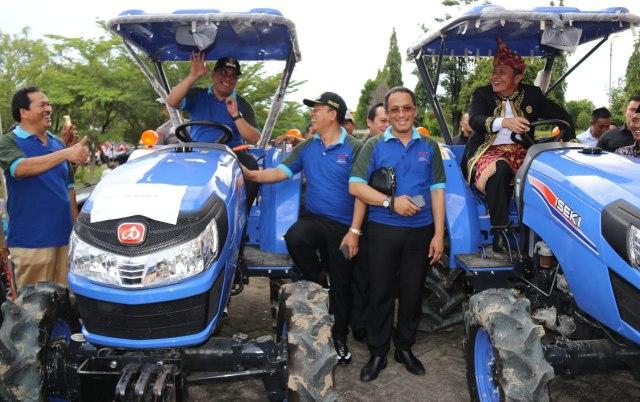 Penyerahan peralatan pertanian kepada para petani