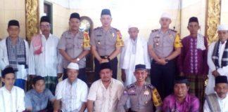 Wakapolres Banyuasin Kompol M. H Wijaya Photo bersama warga dan pengurus masjid Bhakti dusun baru kelurahan kedondong raye. Jum'at (02/10/18)