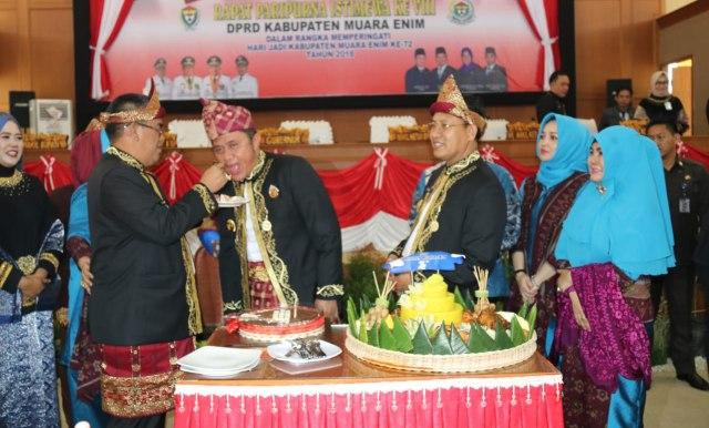 Pemotongan nasi tumpeng oleh Bupati Muara Enim Ir Ahmad Yani didampingi Wabup H Juarsah SH kepada Gubernur Sumsel H Herman Deru