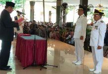 Gubernur Sumsel H. Herman Deru (kiri) melantik Cik Ujang, SH dan H. Haryanto, SE, MM (kanan) menjadi Bupati - Wakil Bupati Lahat periode 2018-2023 di Griya Agung Minggu (9/12/2018)
