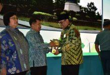 Wakil Presiden Yusuf Kalla didampingi Menteri LHK RI Siti Nurbaya kepada Bupati Muara Enim Ir H Ahmad Yani MM, bertempat di Auditorium Soedjarwo Gedung Manggala Wanabakti, Jakarta Pusat, Senin (14/01/2019)