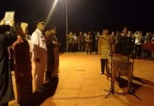 Bupati Banyuasin H Askolani SH, MH. (Kanan) mengambil sumpah para ASN (kiri) di taman makam pahlawan Pangkalan Balai Kamis malam