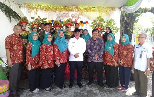 Bupati Muara Enim Ir H Ahmad Yani MM pose bersama pengurus Yayasan Bukit Asam dan dewan guru SMA Bukit Asam