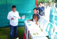 Bupati Muara Enim Ir H Ahmad Yani MM saat menyalurkan hak pilihnya