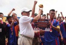 Foto : Sekda Muara Enim saat menyerahkan piala kepada Tim Kecamatan Belide Darat turnamen sepakbola U-20 lalu