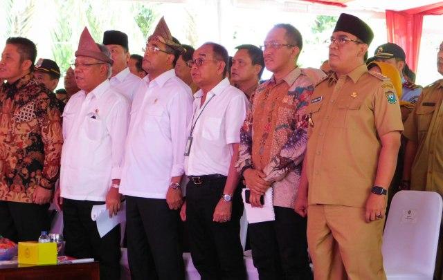 Menteri PU PR, Menteri Perhubungan, Gubernur Sumsel, Anggota DPR RI Wahyu Sanjaya dan Bupati Muara Enim Ir H Ahmad Yani saat menyanyikan lagu Indonesia raya