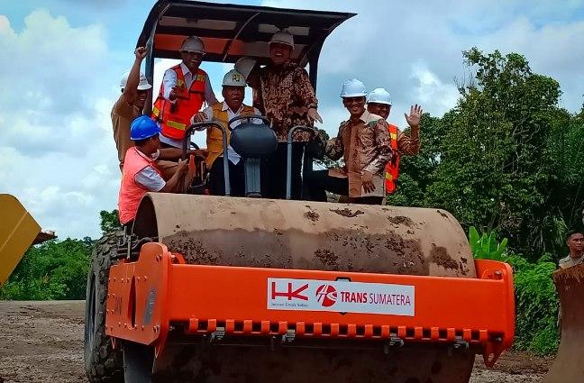 Menteri PU PR, Menteri Perhubungan, Gubernur Sumsel, Anggota DPR RI Wahyu Sanjaya dan Bupati Muara Enim Ir H Ahmad Yani saat menaiki alat berat tanda di mulainya pembangunan jalan tol.