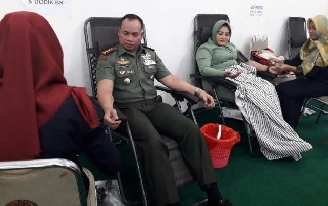 Danrindam II Sriwijaya beserta istri saat mengikuti donor darah