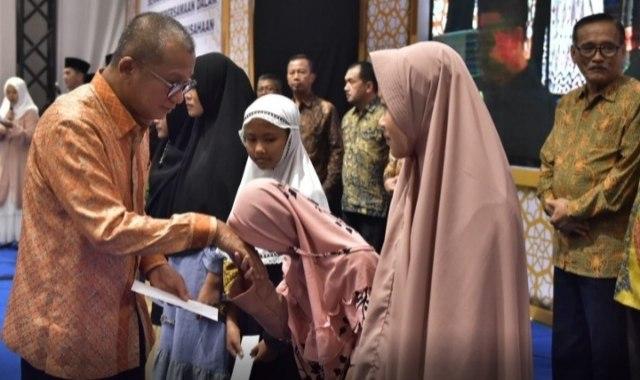 Dirut PTBA Arviyan Arifin saat menyerahkan santunan kepada anak yatim