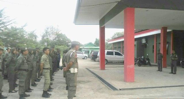 Kasat Pol PP Banyuasin Drs. Indra hadi (kanan) memimpin Apel Sore di halaman Sat Pol PP Banyuasin Senin (17/06/19).