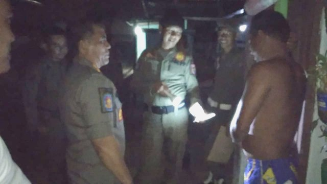 Kepala Satuan Polisi Pamong Parja (Sat Pol- PP) Kabupaten Banyuasin Drs H. Indra Hadi MSi (kiri) saat memimpin Giat Patroli kesejumlah bedeng/ kos – kosan di Jalan Lingkar Sekojo