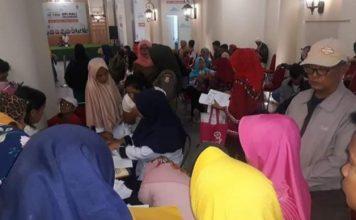 Puluhan Masyarakat Banyuasin yang tengah mengurus data kependudukan di Opi Mall Jakabaring