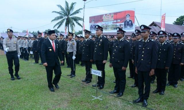 Bupati Banyuasin H.AskolaniSH., MH. saaat memeriksa peserta upacara