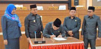 Ketua DPRD Muara Enim saat menandatangani Raperda APBD P TA 2019