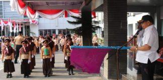 Sekda Muara Enim Ir H Hasanuddin MSi saat melepas Tim Gerak Jalan Pramuka tingkat pelajar
