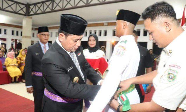 Bupati Banyuasin H. Askolani SH., MH saat mengukuhkan Pasukan Pengibar Bendesa pusaka merah putih di pendopo rumah dinas Bupati Banyuasin Jum'at (16/08/19)