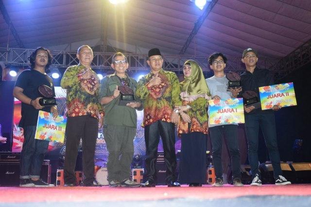 Plt Bupati Muara Enim H Juarsah SH beserta istri pose bersama seusai menyerahkan piala kepada para pemenang lomba