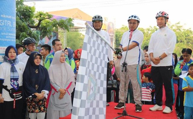 Plt Bupati Muara Enim H Juarsah SH beserta istri saat melepas peserta lomba Funk Bike