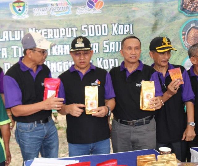 Plt Bupati Muara Enim H Juarsah SH saat melihat produk kemasan kopi khas Semende Muara Enim