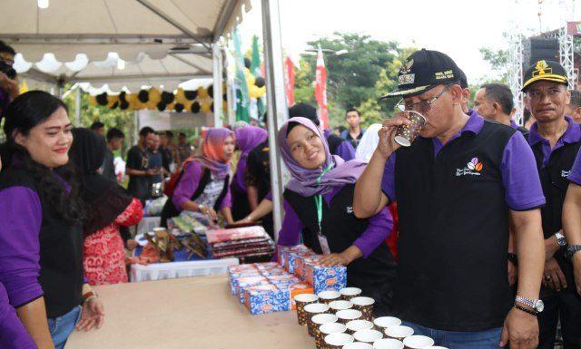 Plt Bupati Muara Enim H Juarsah SH saat menikmati kopi khas Muara Enim