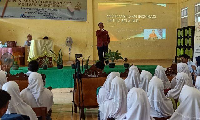 Foto : Deputy General Manager HBAP Ir Gusti Presetyo Rendy Anggara saat menyampaikan motivasi kepada para pelajar.