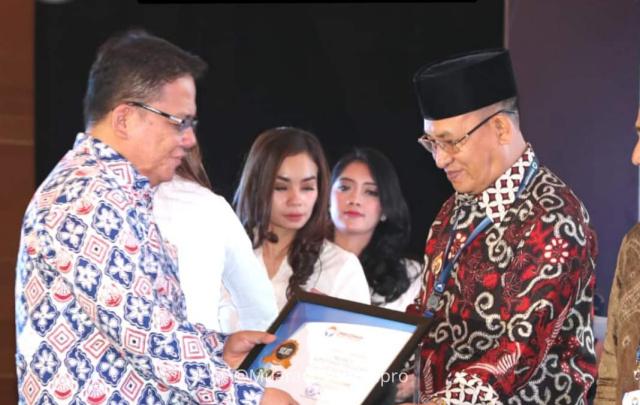 Plt Bupati Muara Enim H Juarsah SH saat menerima penghargaan dari Ombudsman RI
