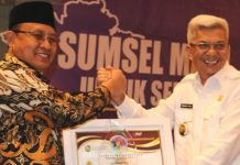 Wakil Gubernur Sumsel H Mawardi Yahya saat menyerahkan penghargaan Peringkat I Penataan Ruang Terbaik se-Sumatera Selatan kepada Plt Bupati Muara Enim H Juarsah SH