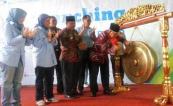 Wakil Bupati Banyuasin saat memukul Gong tanda peresmian Desa Sadar Jaminan Kesehatan Tenaga Kerja
