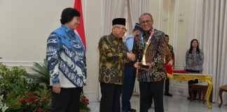 Wakil Presiden Republik Indonesia KH Ma'ruf Amin didampingi Menteri Lingkungan Hidup dan Kehutanan Siti Nurbaya saat menyerahkan Proper Emas kepada Direktur Utama PTBA Arviyan Arifin, bertempat di Istana Wakil Presiden