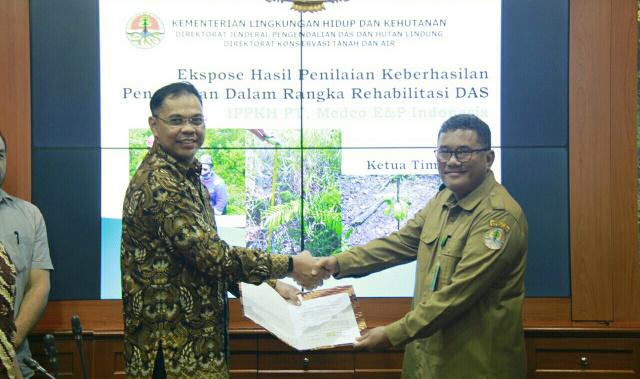 GM South Sumatera Region Medco E&P Indonesia, Muhammad Zulkfli (kiri), menyerahkan dokumen Kewajiban Rehabilitasi DAS Bukit Jambul, Semendo, Muara Enim, Sumatera Selatan, kepada SesDirjen PDASHL, Yuliarto Joko Putranto (kanan).