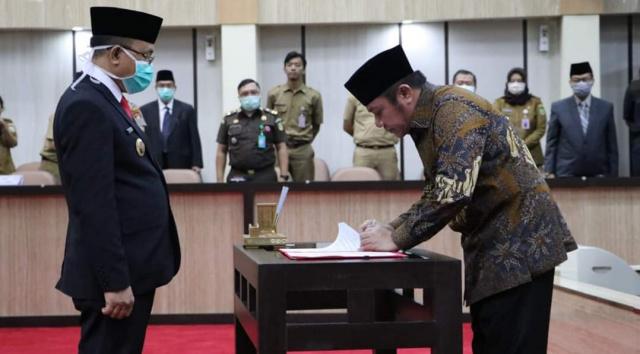 Gubernur Sumsel H Herman Deru (kanan) menandatangani penyerahan SK Plt Bupati Muara Enim dari Kemendagri