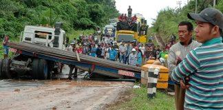 Kondisi kendaraan pembawa besi ulir sesaat belum di evakuasi