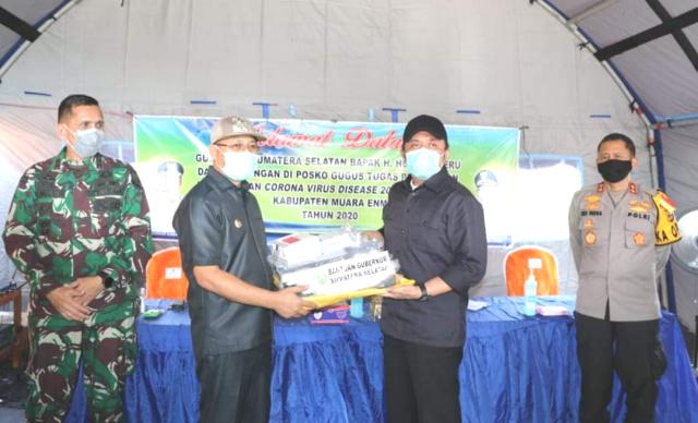 Gubernur Sumsel H Herman Deru saat menyerahkan bantuan penanganan Covid-19 pada Plt Bupati Muara Enim H Juarsah SH yang juga sebagai Ketua Tim Gugus Tugas Covid-19 Pemkab Muara Enim