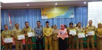Wabup H Juarsah SH poto bareng dengan para penerima penghargaan pengelolaan arsip terbaik di Kabupaten Muara Enim