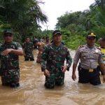 7 Kecamatan Di Aceh Jaya Terendam Banjir, Personel TNI Kodim Aceh Jaya Evakuasi Korban Banjir.