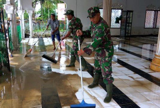 Pasca Banjir, Personel Kodim Aceh Jaya Bersama Masyarakat Bersihkan Mesjid